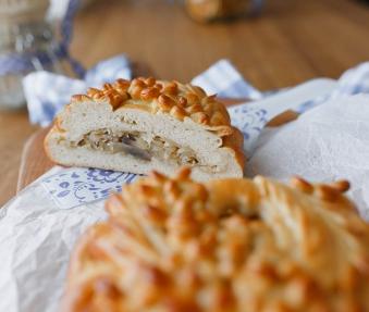 Постный пирог с квашеной капустой и грибами