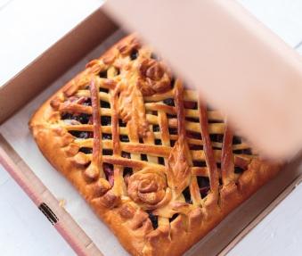 Пирог с черной смородиной и яблоком