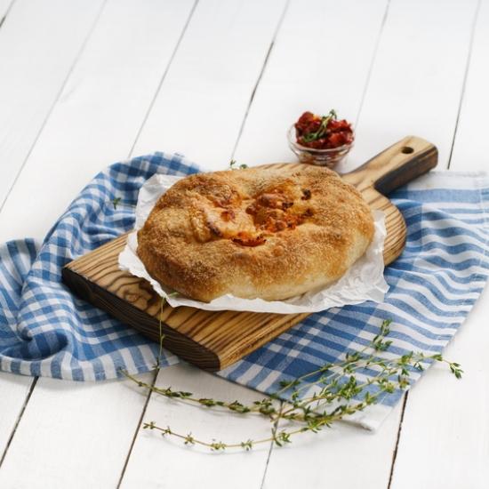 Ломоть с вяленым томатом и сыром